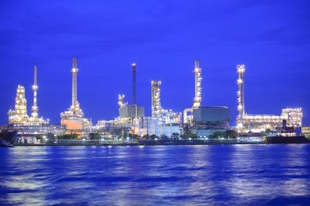 refinería de petróleo: Paisaje del río y la fábrica de la refinería de petróleo entre el tiempo de salida del sol en el río Chao Praya, Bangkok, Tailandia Editorial