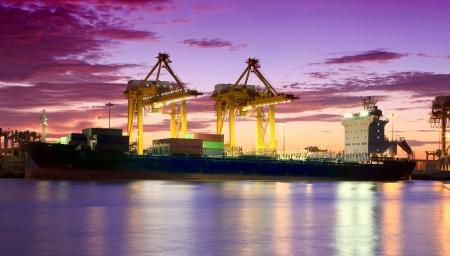 containerschip: Container Cargo vrachtschip met het werken kraan brug in de scheepswerf in de schemering voor Logistieke Import Export achtergrond