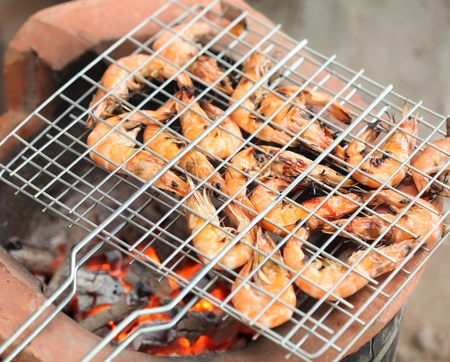 bar b que: Gourmet Grilled shrimp with original stove between picnic  Stock Photo
