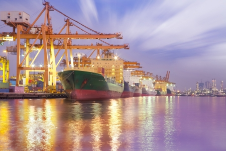 chantier naval: Cargo Container avec pont roulant de travail dans le chantier naval au cr�puscule pour le fond d'import-export Logistique