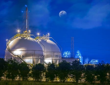 refinería de petróleo: Paisaje del campo de gas del tanque de almacenamiento y Chamical líquido. Foto de archivo