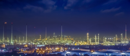 refinería de petróleo: planta de refinería de petróleo en el crepúsculo de la mañana