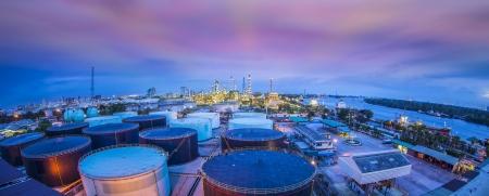 Paisaje de la industria refinary aceite con tanque de almacenamiento de petróleo Editorial