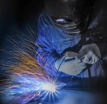 siderurgia: Trabajador de la soldadura de la pieza de acero por el manual