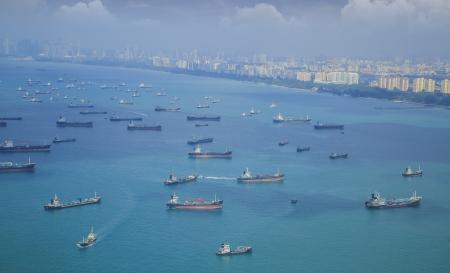 Landschap van vogel gezien Vrachtschepen invoeren van een van de drukste havens ter wereld, Singapore.