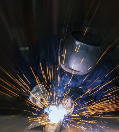 soldador: Trabajador de la soldadura de la pieza de acero por el manual