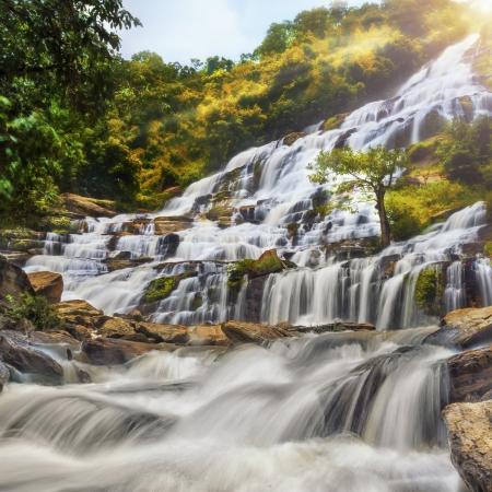 doi: Mae Ya cascata nel parco nazionale di Doi Inthanon, Chiang Mai, Thailandia Archivio Fotografico