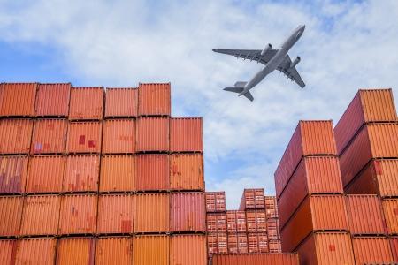 laden: Industrie-Hafen mit Containern und in der Luft Editorial