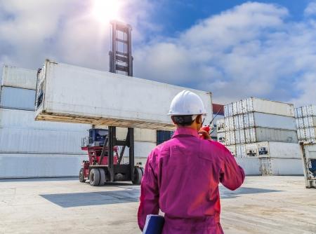 Vorarbeiter Kontrolle Gabelstapler Handhabung der Container-Box Last auf großen LKW selektive focust bei Container-Box