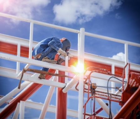 Werknemers lassen staalconstructies met tillift en hight gebied