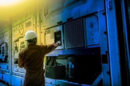 Arbeiter prüfen Luftbehälter in der Nacht.