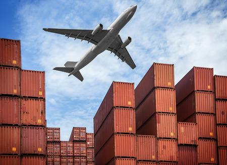 schepen: industriële haven met containers en lucht Stockfoto