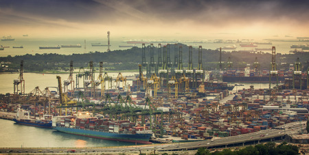 ports: Paesaggio da vista uccello di navi da carico che entrano in uno dei porti pi� trafficati del mondo, Singapore.