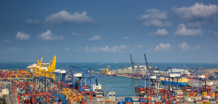 Containerladung Frachtschiff mit Arbeiten Kranbrücke in der Werft in der Abenddämmerung für Logistic Import Export Hintergrund Standard-Bild - 28038591