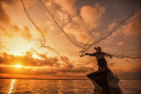Pescador de Bangpra Lago en acción cuando la pesca, Tailandia