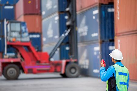 Vorarbeiter Steuer Gabelstapler Handhabung der Container-Box Last auf großen LKW selektive focust bei Container-Box. Standard-Bild - 30613424