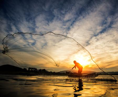 Visser van Bangpra Lake in actie tijdens het vissen, Thailand Stockfoto