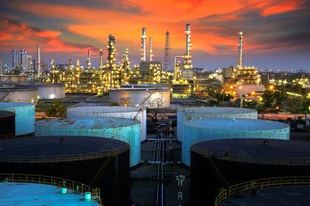 Landschaft der Öl-Raffinerie-Industrie mit Ölvorratsbehälter Standard-Bild - 30651743