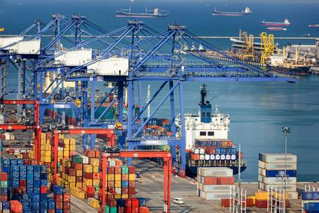 contaminacion ambiental: Paisaje de la vista de p�jaro de los buques de carga que entran en uno de los puertos m�s activos del mundo, Singapur. Foto de archivo