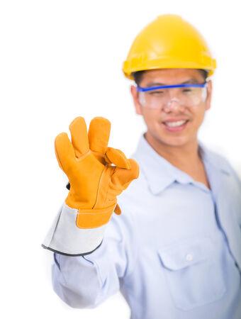 ok symbol: Ingegnere nel casco costruzione con il simbolo OK. Isolato su sfondo bianco