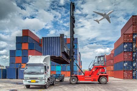 Container im Hafen von Laem Chabang in Thailand. Standard-Bild - 30728290