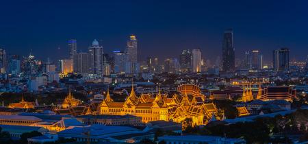 Grand Palace al atardecer en Bangkok, Tailandia Foto de archivo - 30723265