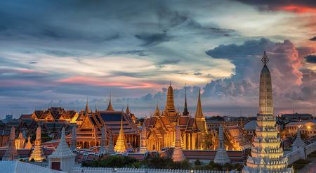 Wat Phra Kaew, Templo del Buda de Esmeralda, el Gran palacio en el crepúsculo en Bangkok, Tailandia