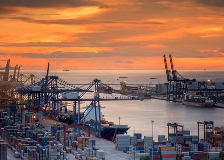 Landschaft aus der Vogelperspektive von Frachtschiffe Eingabe einer der verkehrsreichsten Häfen Standard-Bild - 31342240