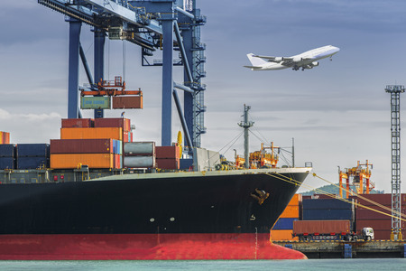 szállítás: Container Cargo áruszállító hajó dolgozik betöltés daruval híd hajógyár alkonyatkor a Logistic Import Export háttér