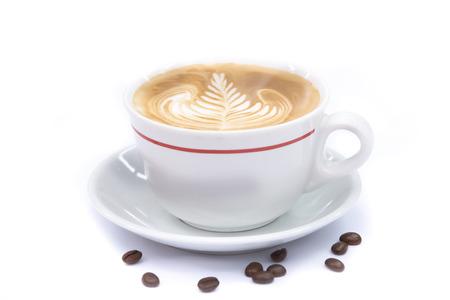 copa: taza de caf� con leche arte del caf� o un capuchino en el fondo blanco