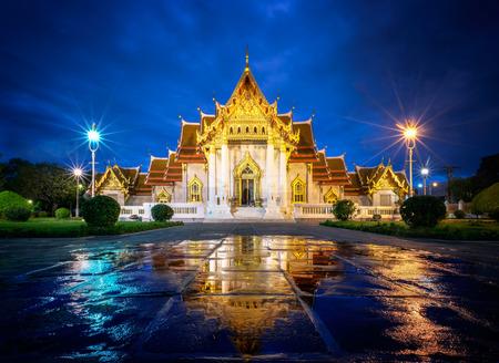 ワット Benjamaborphit やタイ ・ バンコクで夕暮れ大理石寺院