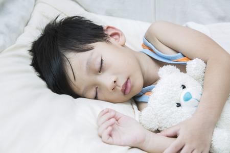 teddy bear: Asia ni�o que duerme con el oso de peluche Foto de archivo