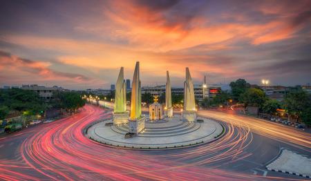 Momento de Monumento de la democracia en la oscuridad (Bangkok, Tailandia) Foto de archivo - 32498007