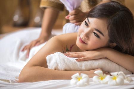 Masajista haciendo masaje en el cuerpo de la mujer asia en el salón del balneario. Concepto de tratamiento de belleza. Foto de archivo - 32131852