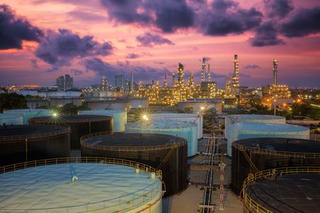 Olie-raffinaderij bij schemering hemel Redactioneel