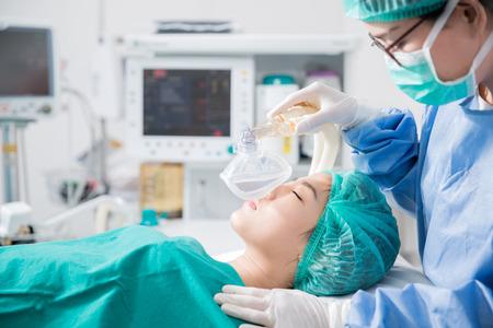Junge weibliche Patienten, der eine künstliche Beatmung im Krankenhaus Standard-Bild - 33024518
