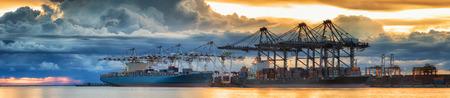 Container Cargo vrachtschip met het werken kraan laden brug in scheepswerf in de schemering voor Logistieke Import Export achtergrond