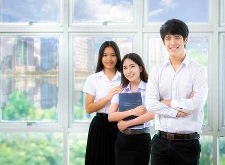 Asia studenten lezen in de bibliotheek met uniform