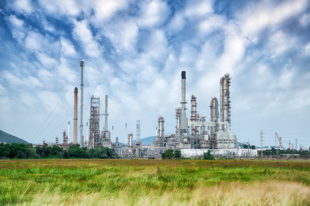 refiner�a de petr�leo: Refiner�a de petr�leo a lo largo del d�a con el cielo azul Foto de archivo