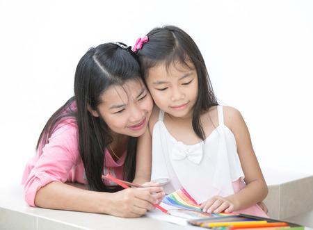 Mon en meisje het tekenen van een huis werk