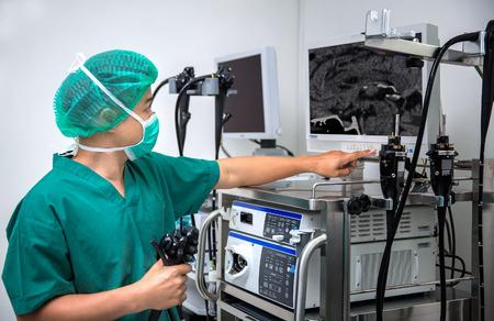 humanismo: El cirujano observa el monitor durante la operación quirúrgica