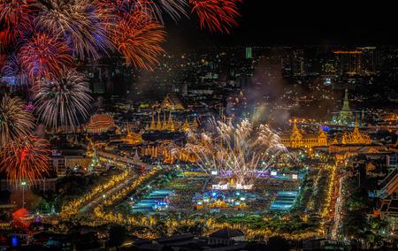 dia y noche: Palacio magn�fico en el crep�sculo en Bangkok junto padre tailand�s Editorial