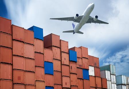 industriële haven met containers en lucht voor logistiek concept