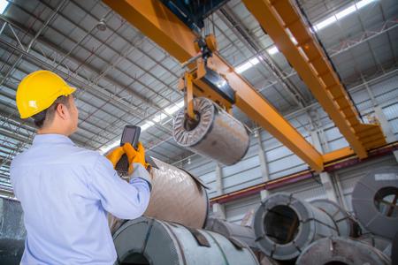De ingenieur controle van de kraan in de industriële