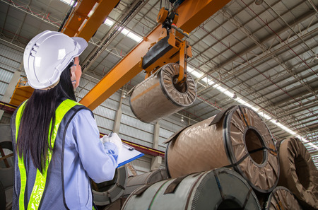 bobina: El informe de la mujer del trabajador y de carga en almacén