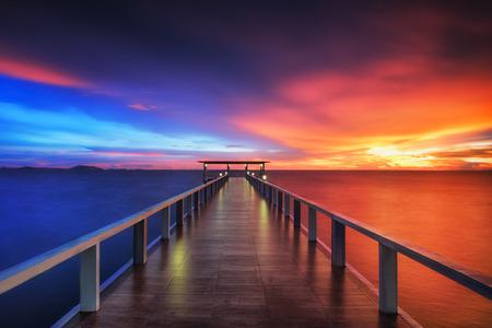 Beboste brug in de haven langs zonsopgang. Stockfoto