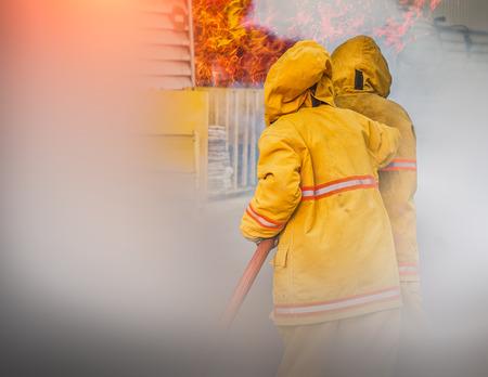 bombero: En el incendio, un bombero busca de posibles sobrevivientes Foto de archivo