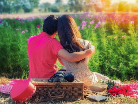 handkuss: Junges Paar in der Liebe, Attraktiver Mann und Frau genießen romantische Datum im Garten Sonnenuntergang