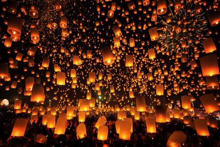 Thaise mensen drijven lamp in Tudongkasatarn, Chiang Mai, Thailand. Tudongkasatarn is waar drijvende lamp ceremonie vindt elk jaar plaats.
