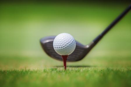 Golf club en bal in het gras